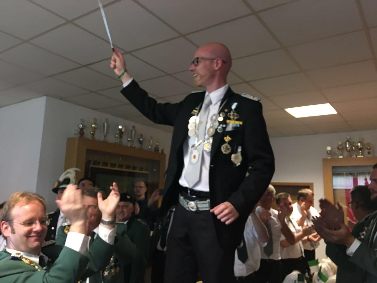 STadtkönig Holger Schelper dirigiert das Tambourcorps Dünschede