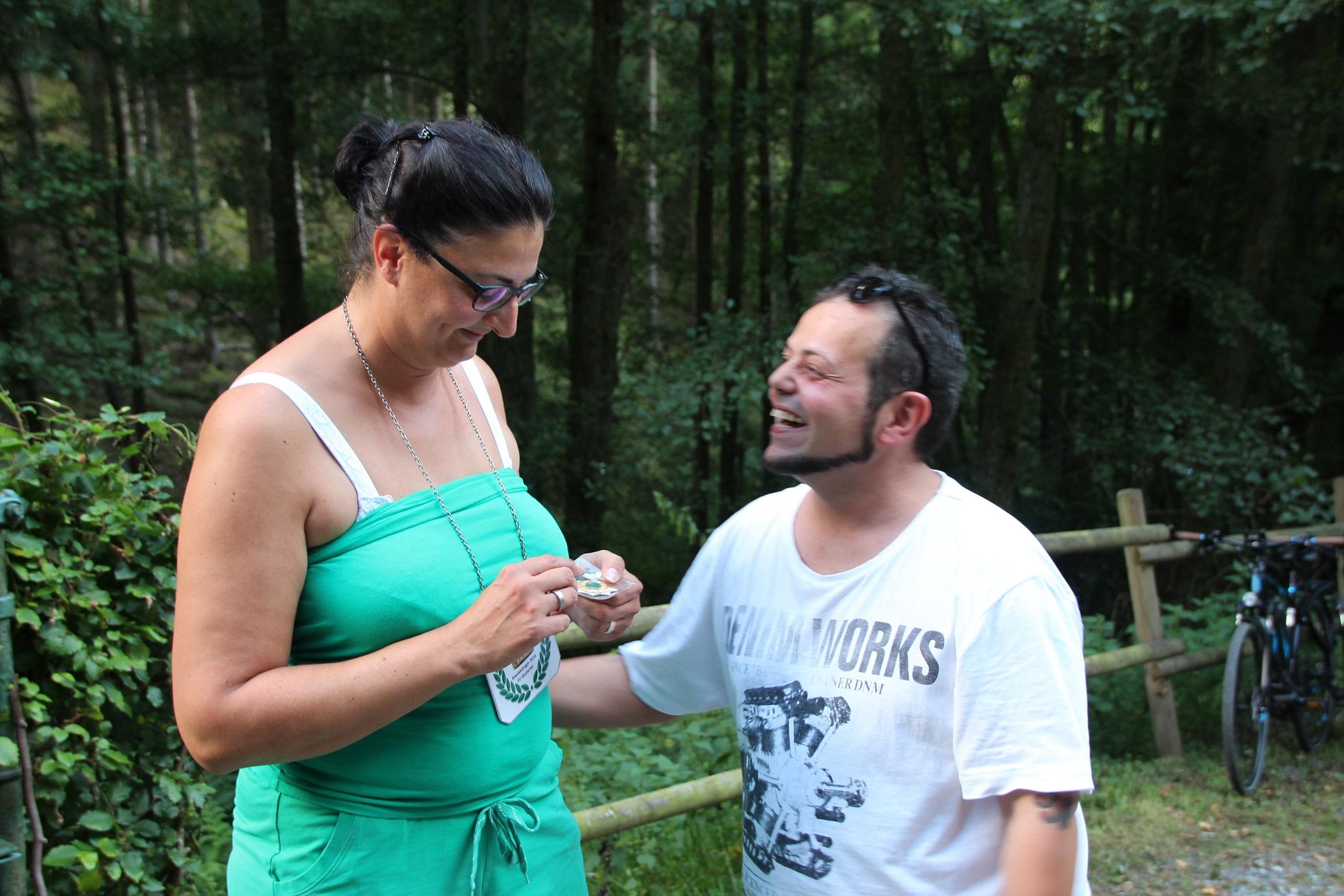 Tanja erhält die Königskette von Andrea Salladino (re.)